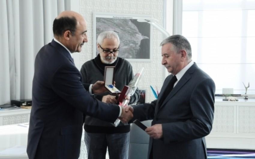 """Əbülfəs Qarayev """"Şöhrət"""" ordenini sahiblərinə təqdim edib"""