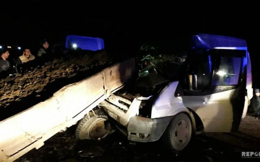 Kürdəmirdə mikroavtobus traktora çırpılıb, xəsarət alanlar var - FOTO - VİDEO - YENİLƏNİB