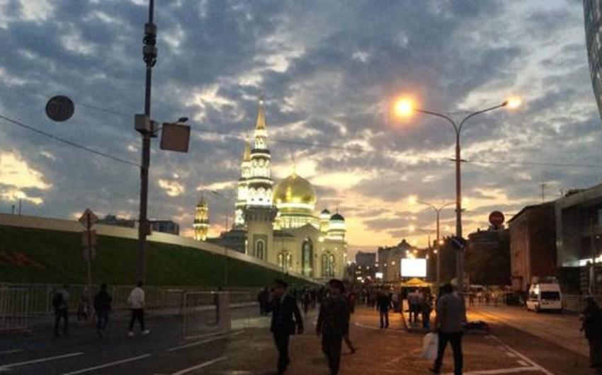 Тысячи верующих идут к Соборной мечети на праздничную молитву