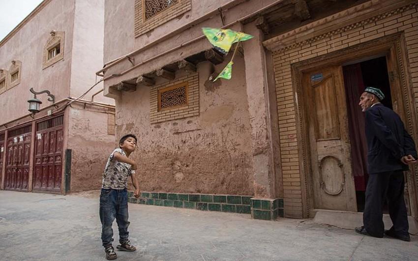 Çində uyğur ailələrini ziyarət edən məmur qonaqların sayı açıqlanıb