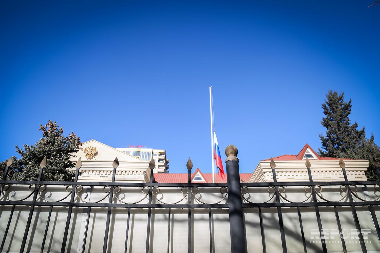 Rusiyanın Azərbaycandakı səfirliyində dövlət bayrağı endirilib - FOTO