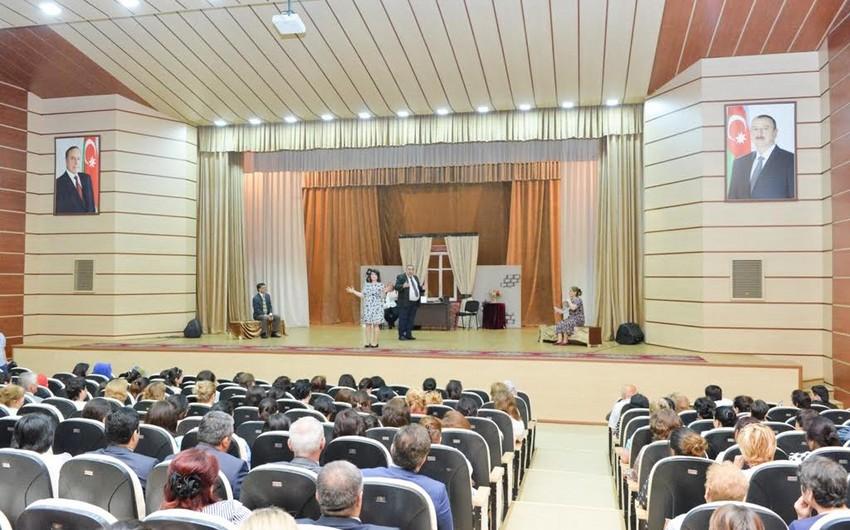 """Musiqili Teatr Lənkəranda """"Hərənin öz ulduzu"""" tamaşası ilə çıxış edib"""