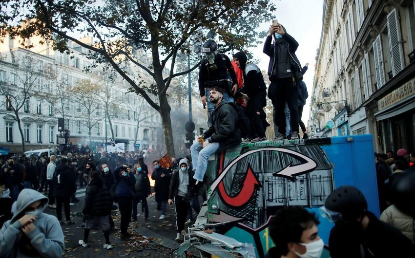 Во Франции в ходе субботних манифестаций пострадали более 60 полицейских