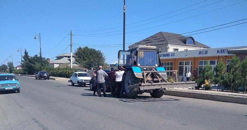Cəlilabadda minik avtomobili traktorla toqquşub
