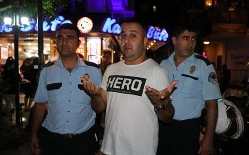 Türkiyədə vətəndaş üzərində Hero yazılmış köynək geyindiyi üçün polis tərəfindən saxlanılıb