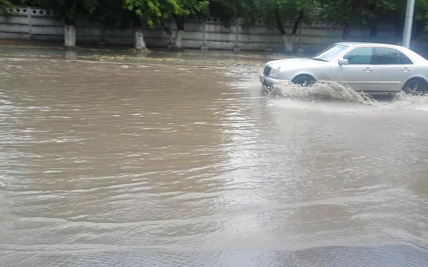 BNA: Yağışın paytaxt yollarında yaratdığı problemlər aradan qaldırılır