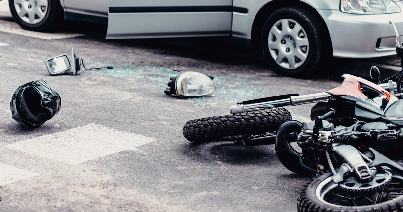 Qusarda motosiklet dərəyə aşıb, ölən var