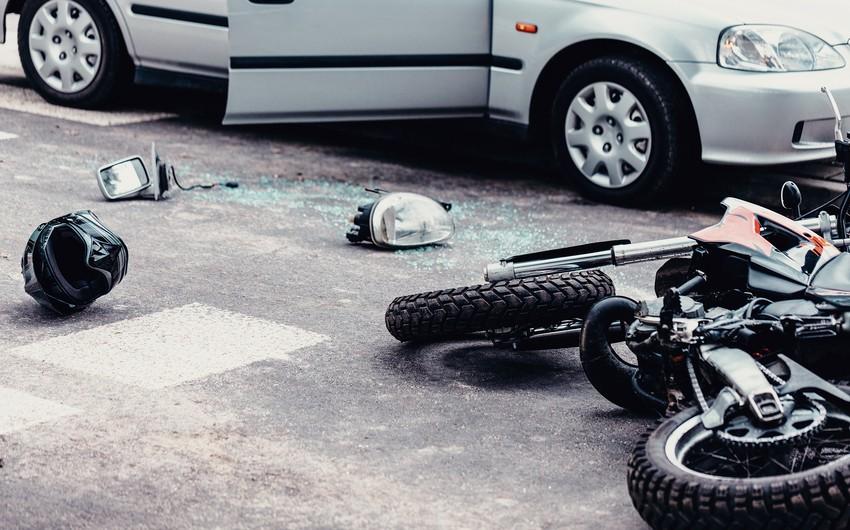 Qusarda motosiklet dərəyə aşıb -
