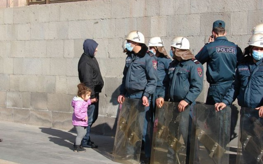 KİV: Paşinyanın məktəbə gəlişi uşaqları dəhşətə gətirdi