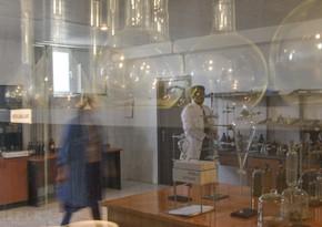 Dənizdən götürülmüş neft nümunələri bu laboratoriyada analiz edilir