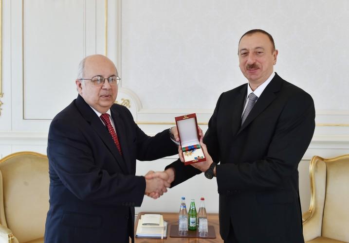 Президент Ильхам Алиев наградил директора Александрийской библиотеки орденом Достлуг