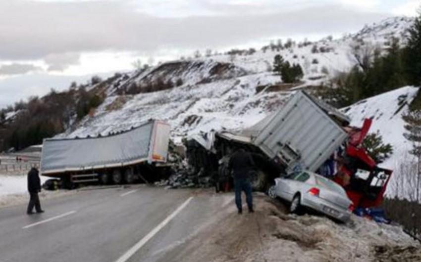 Türkiyədə 11 avtomobil toqquşub, 18 nəfər yaralanıb