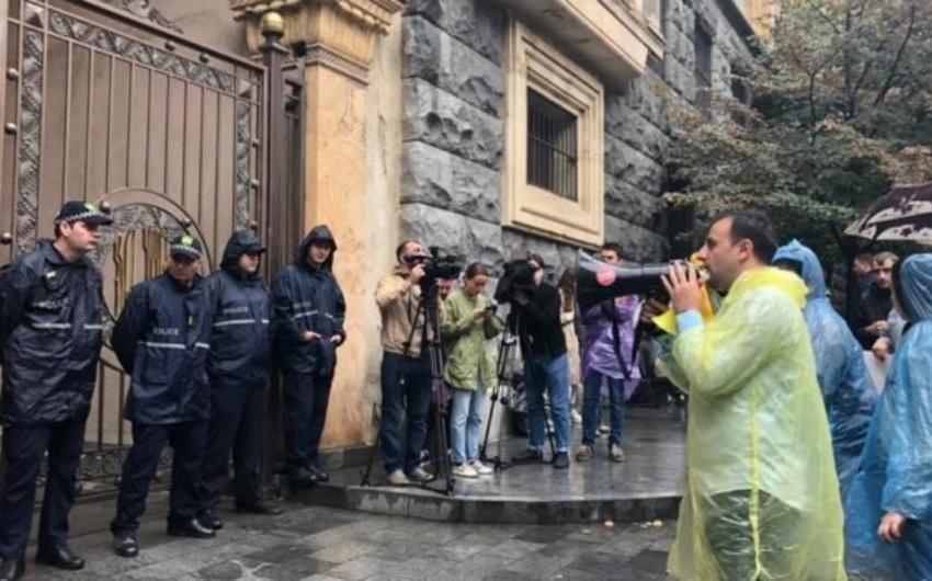 Gürcüstan parlamentinin qarşısında insident baş verib - FOTO - YENİLƏNİB-2