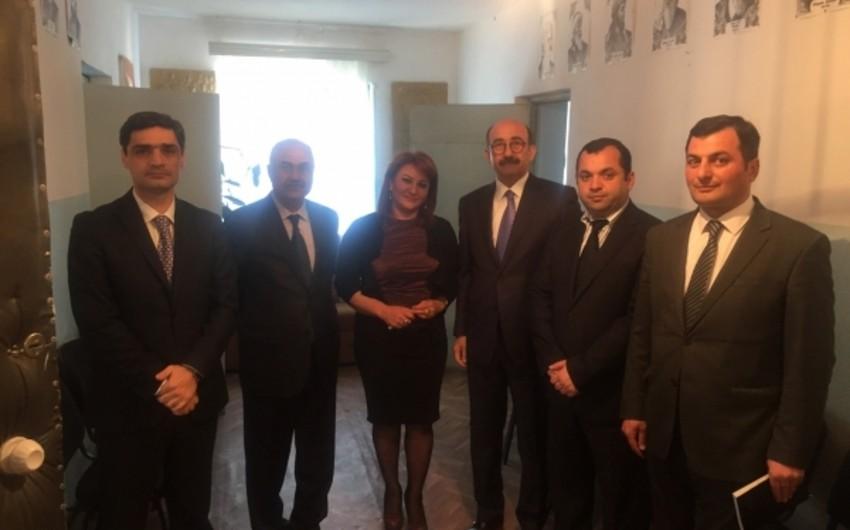 Nazir Salyan Rəsm Qalereyasının fonduna iki yeni əsər təqdim edib