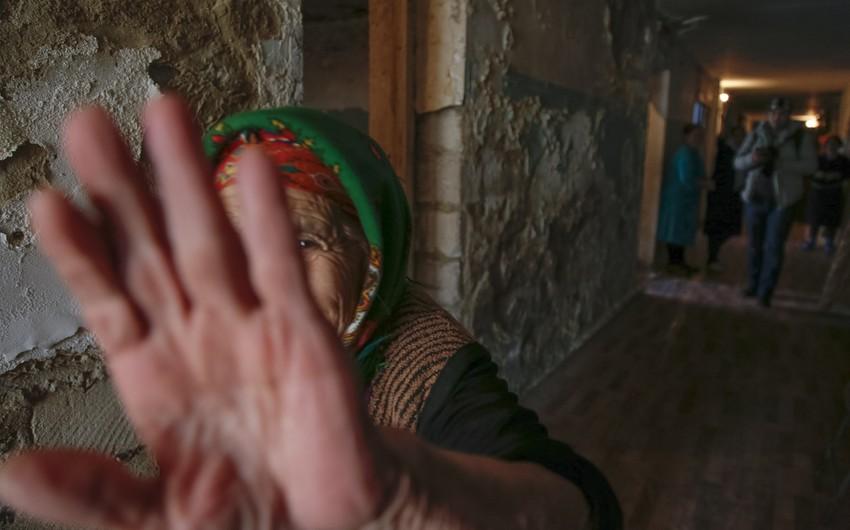 Divarları pərdədən olan məcburi köçkün yataqxanası - FOTOREPORTAJ