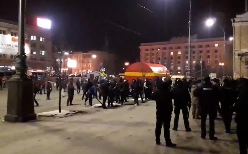 Футбольные фанаты украинского Шахтера и Ромы устроили массовую драку в Харькове - ВИДЕО