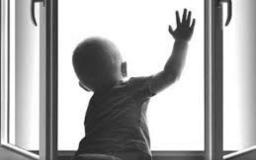 В Сумгайыте упавший с 4-го этажа ребенок получил тяжелые травмы