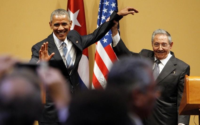 Raul Kastro Barak Obamanın əli ilə onun çiyninə vurmasına imkan verməyib – VİDEO