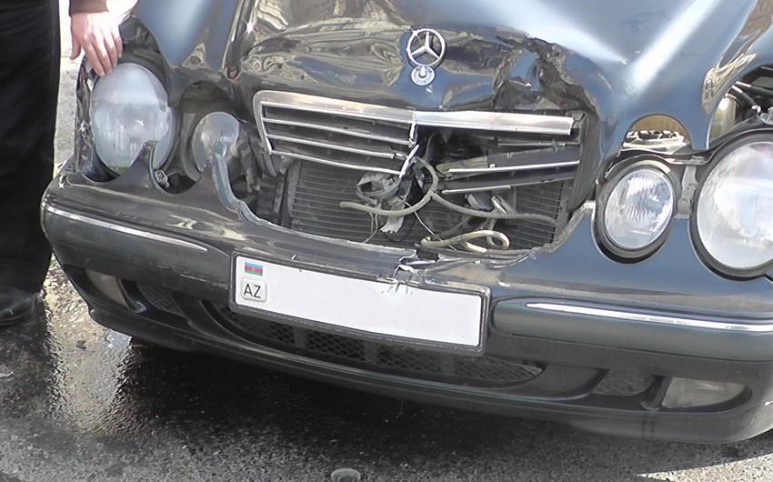 """Bakıda """"Mercedes""""lərin toqquşması nəticəsində 2 nəfər ölüb, 7 nəfər yaralanıb"""