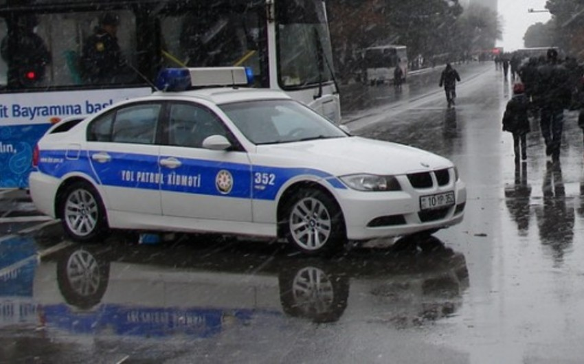 Yol polisi yağmurlu hava şəraiti ilə bağlı sürücülərə xəbərdarlıq edib
