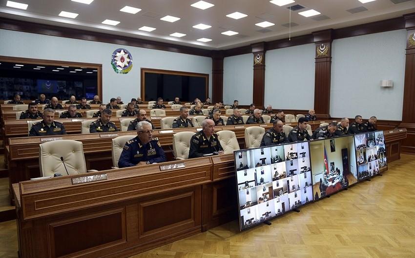 Министр обороны провел служебное совещание по итогам оперативных учений
