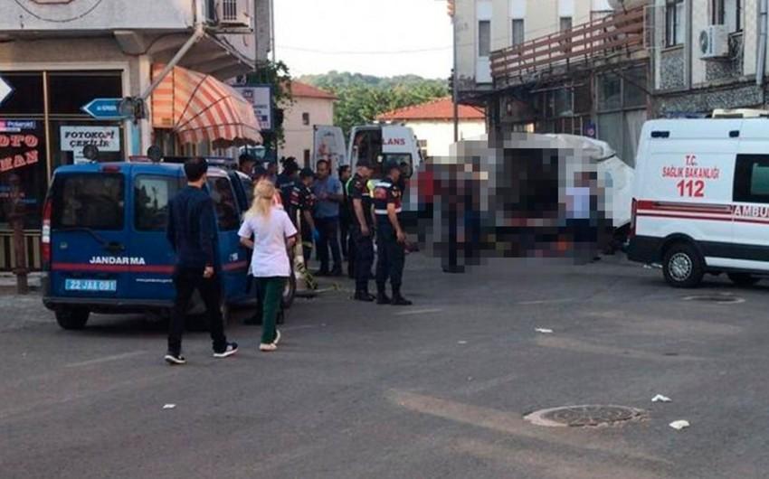 Türkiyədə qanunsuz mühacirləri daşıyan avtomobil qəzaya düşüb: 10 nəfər ölüb, 30 nəfər yaralanıb