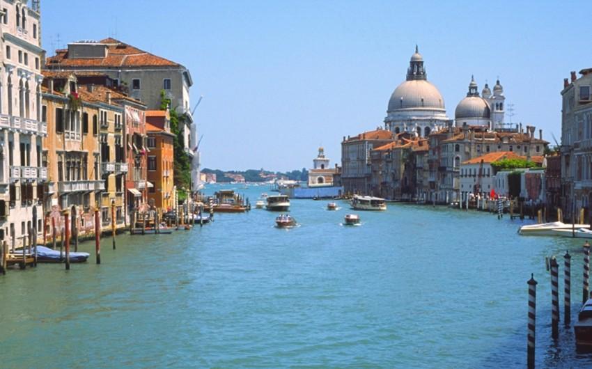 Venesiyada miqrant yüzlərlə insanın gözü qarşısında kanalda batıb - VİDEO