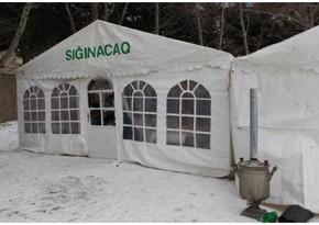 Bakıda qarlı havada isinməyə ehtiyacı olanlar üçün çadırlar quraşdırılır