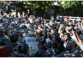 Protesters block roads in Yerevan