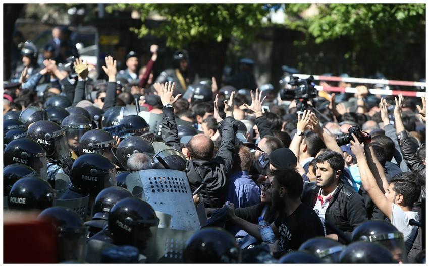 Yerevanda etirazçılar yolları bağlayır