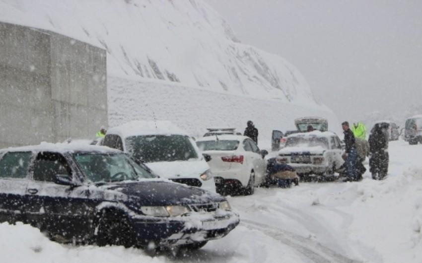 Снежная погода сохранится и завтра, на дорогах будет гололедица
