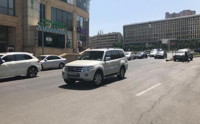 Bakıda yolun ortasında parklanmış minik avtomobili təxliyə edilib - ƏLAVƏ OLUNUB