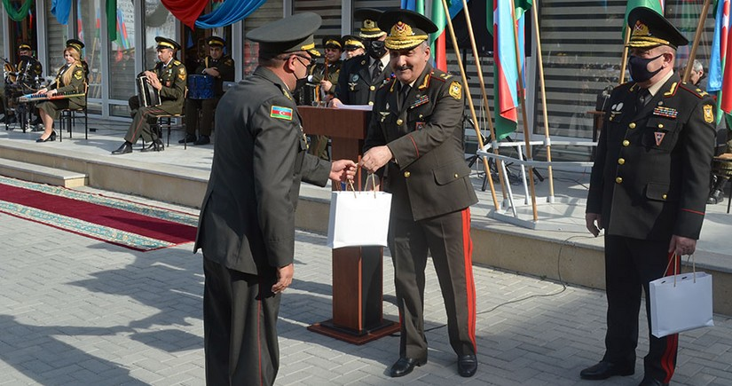 Zakir Həsənov hərbi liseyin bir qrup hərbçisini mükafatlandırıb