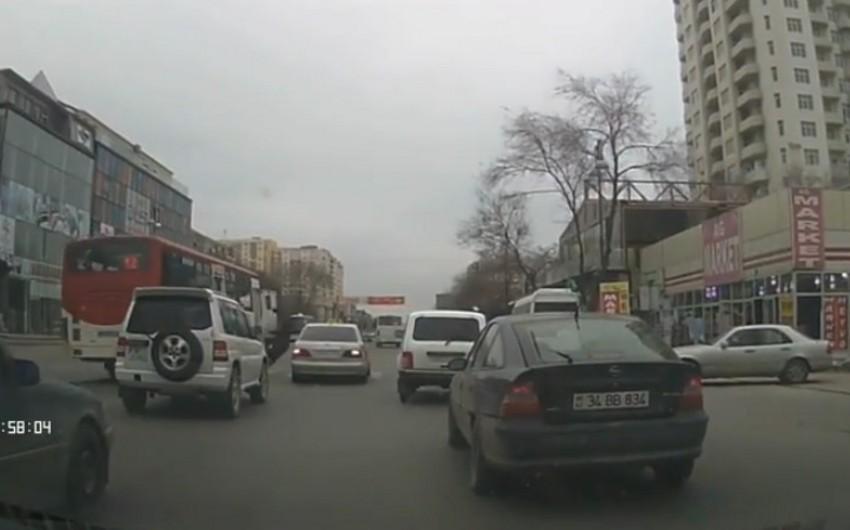 Bakıda sərnişin avtobusu piyada zolağından istifadə edən kişini vurub - VİDEO
