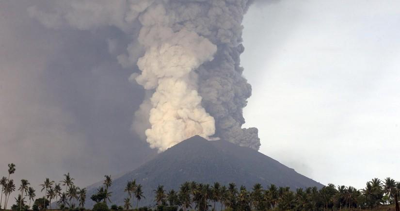 İndoneziyanın ən aktiv vulkanı püskürür