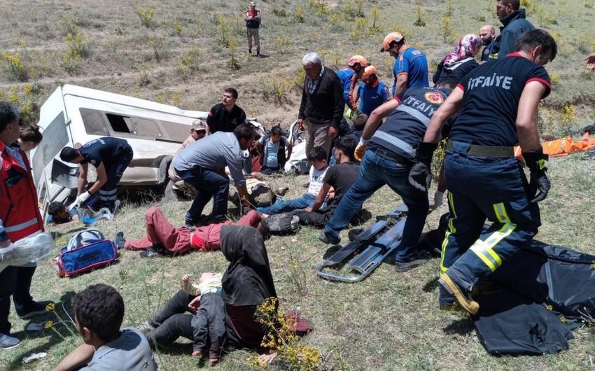14 killed, 28 injured as minibus overturns in Turkey
