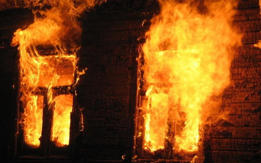 Bakıda üçotaqlı ev yanıb