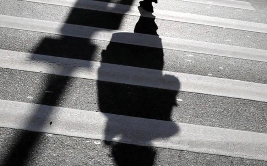 В Баку перевозивший заключенных бронированный микроавтобус сбил школьника