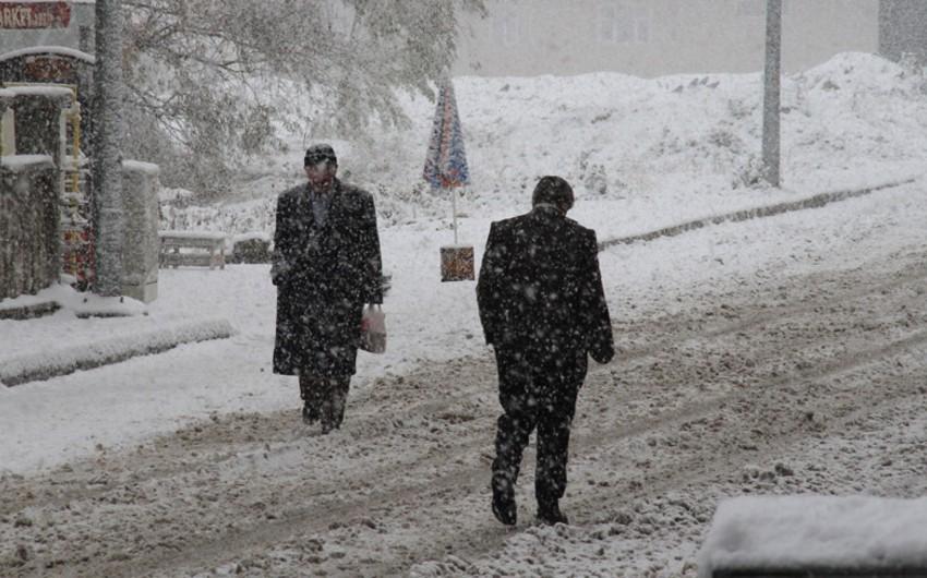 В одном из районов турецкой провинции из-за сильного снега закрыты школы
