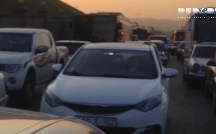 Bakı-Sumqayıt avtomobil yolunda tıxac yaranıb, sərnişinlər paytaxta piyada gəlir - FOTO - VİDEO