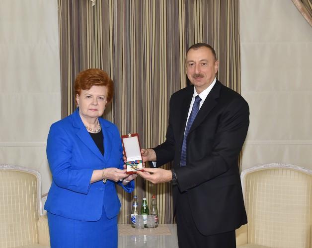 Президент Ильхам Алиев вручил экс-президенту Латвии высокую государственную награду Азербайджана