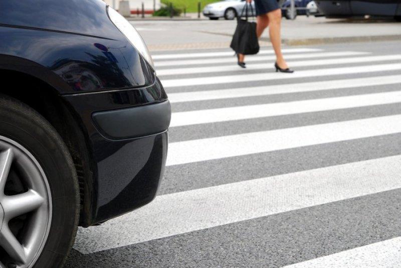 В Баку автомобиль сбил женщину и ее дочь, сошедших с автобуса
