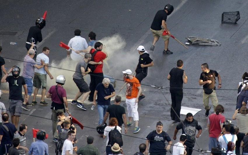 Polis Afinanın mərkəzində nümayişçilərə qarşı güc tətbiq edib - VİDEO