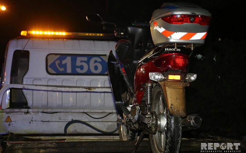 Bakıda motosiklet taksi ilə toqquşub, xəsarət alan var - VİDEO