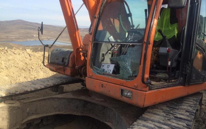 DSX: Ermənilər Qazaxda ekskavatora atəş açıb, kabinanın şüşəsi sındırılıb - FOTO