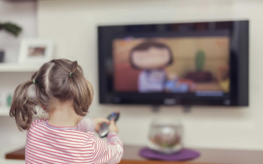 Hansı yaşda uşaqlar neçə saat televizor izləyə bilərlər?