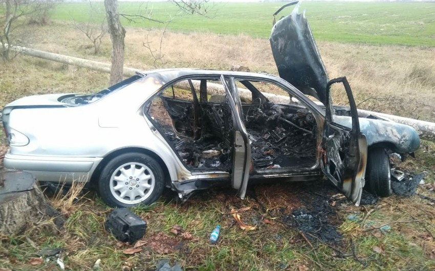 В Гахе автомобиль врезался в дерево и загорелся - ФОТО - ВИДЕО - ОБНОВЛЕНО