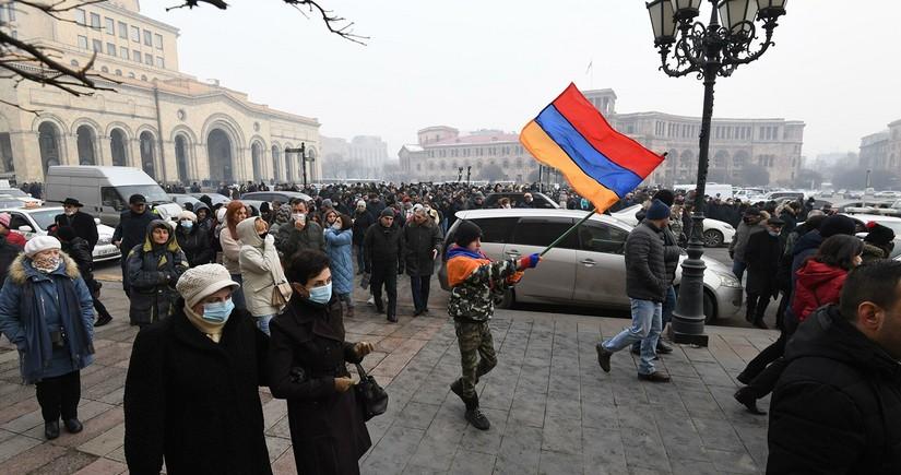 Nikol Paşinyanın istefasını tələb edənlər Yerevanda küçələri bağlayıblar
