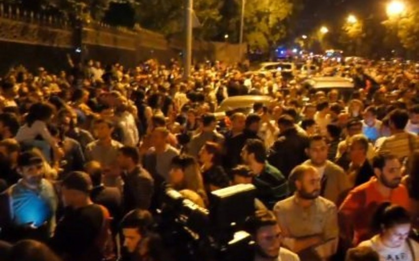 Ermənistan parlamenti qarşısında aksiya başlayıb
