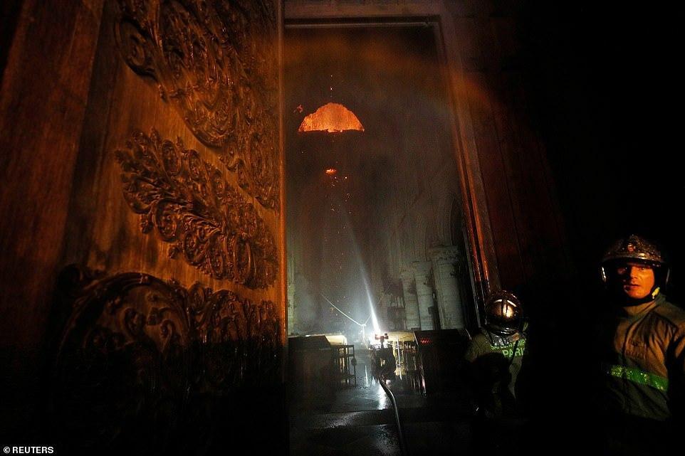 Notr-Dam-de-Pari kilsəsində yanğın söndürülüb - VİDEO